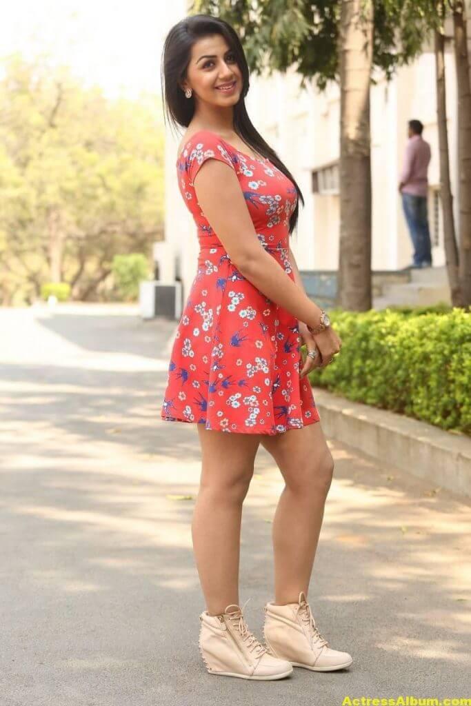 Nikki Galrani Hot Legs Showing Photos 7