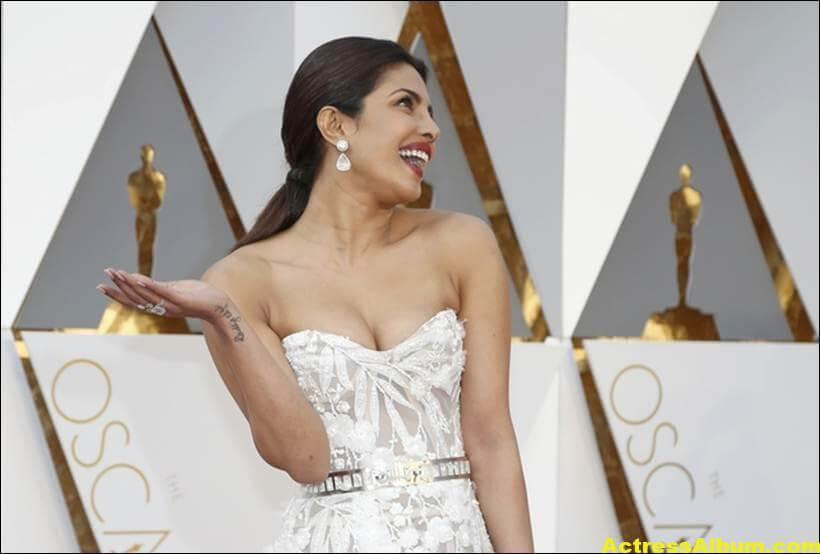 Priyanka Chopra Photos At Oscars Awards In White Gown 3