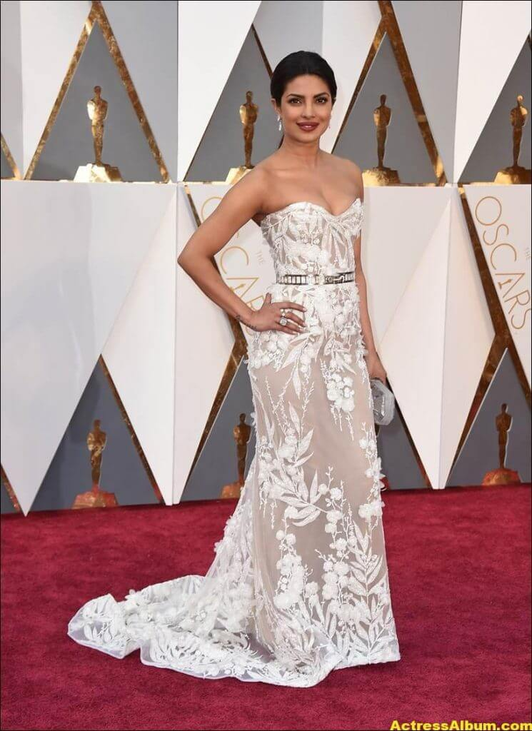 Priyanka Chopra Photos At Oscars Awards In White Gown 4