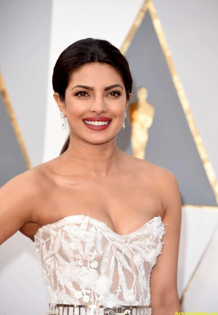 Priyanka Chopra Photos At Oscars Awards In White Gown 5
