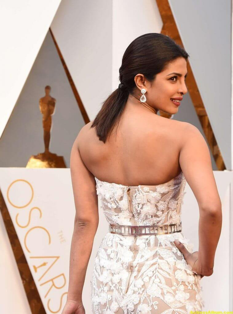 Priyanka Chopra Photos At Oscars Awards In White Gown 6