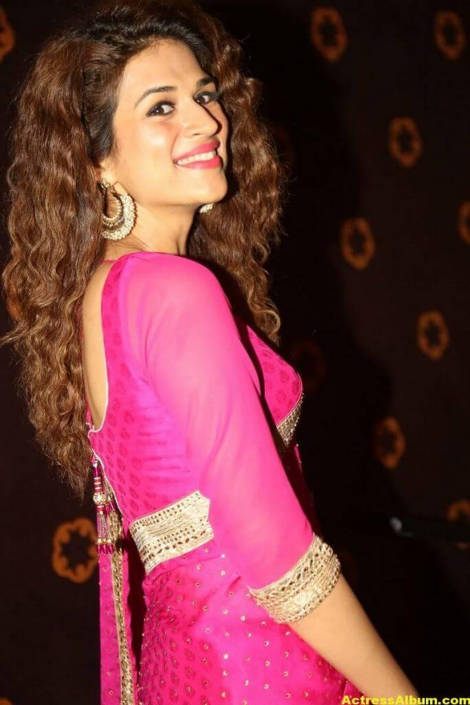 Shraddha Das Latest Hot Stills In Pink Saree (8)