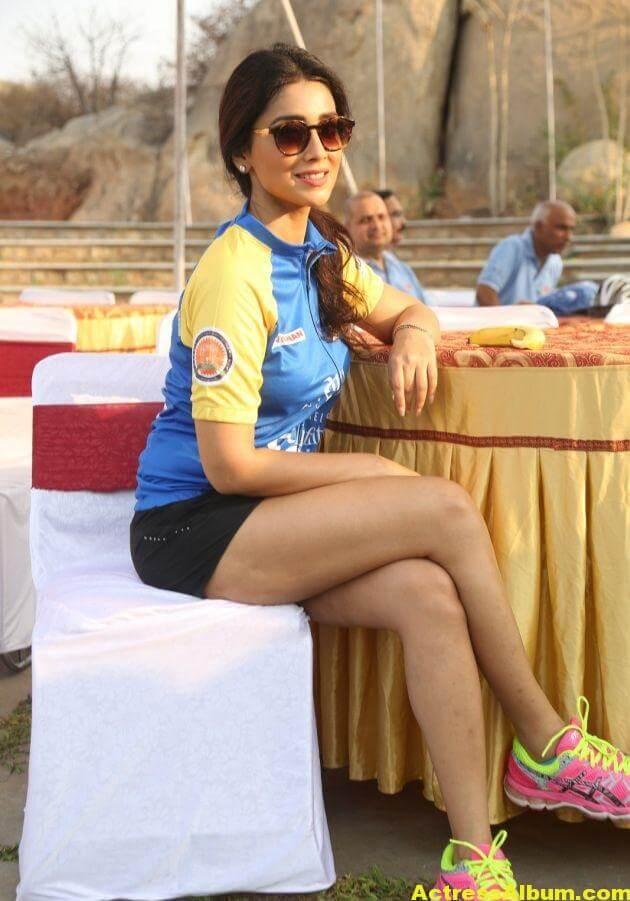 Shriya Saran Latest Thigh Show Photos (1)