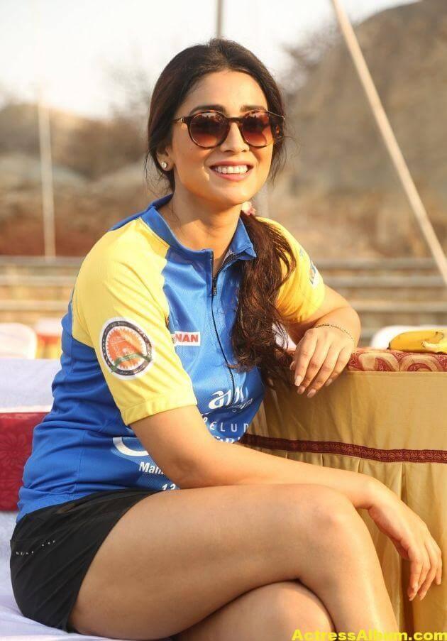 Shriya Saran Latest Thigh Show Photos (2)