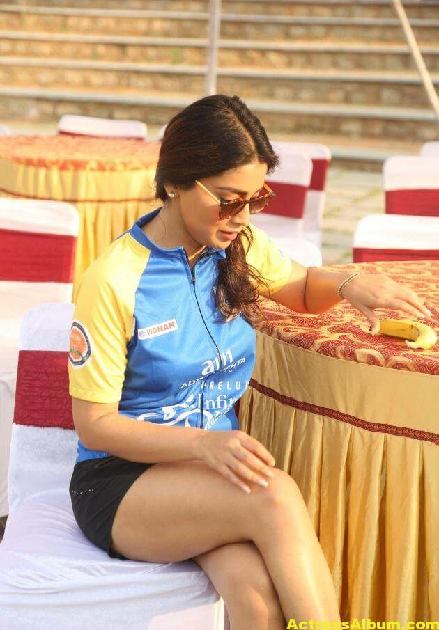 Shriya Saran Latest Thigh Show Photos (3)