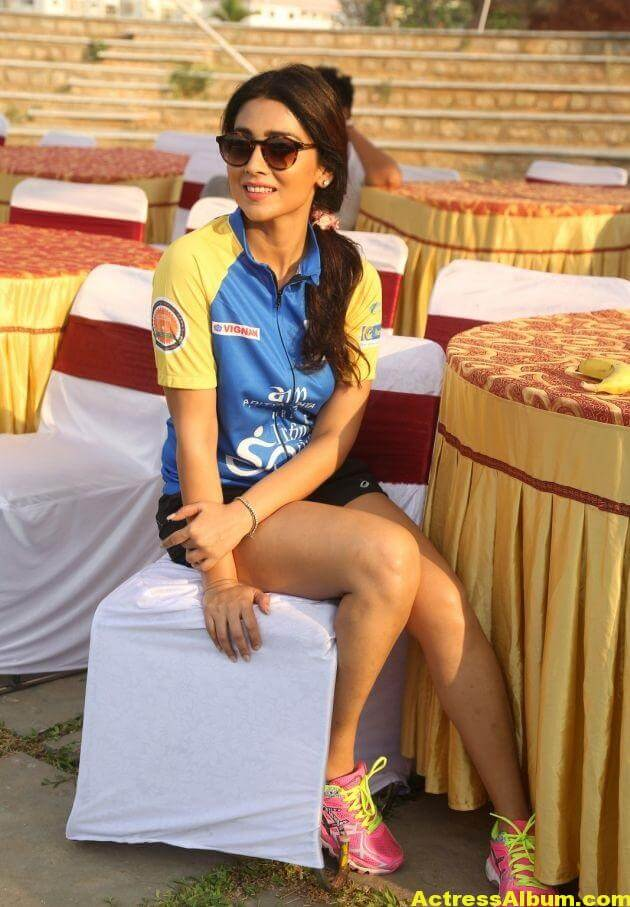 Shriya Saran Latest Thigh Show Photos (7)