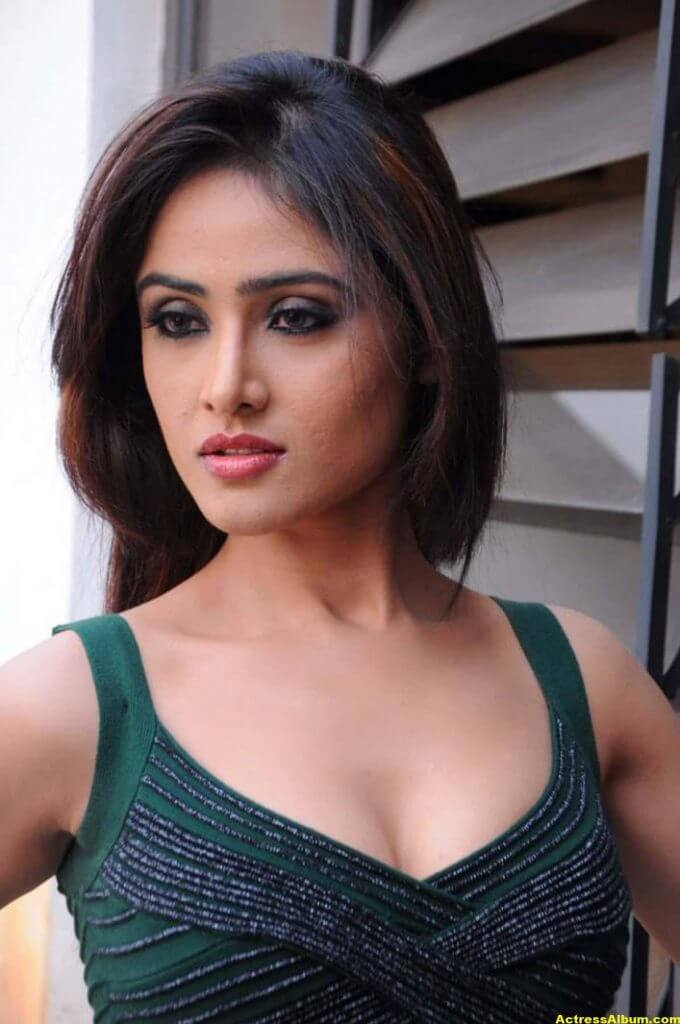 Sony Charista In Dark Green Dress Photos 1