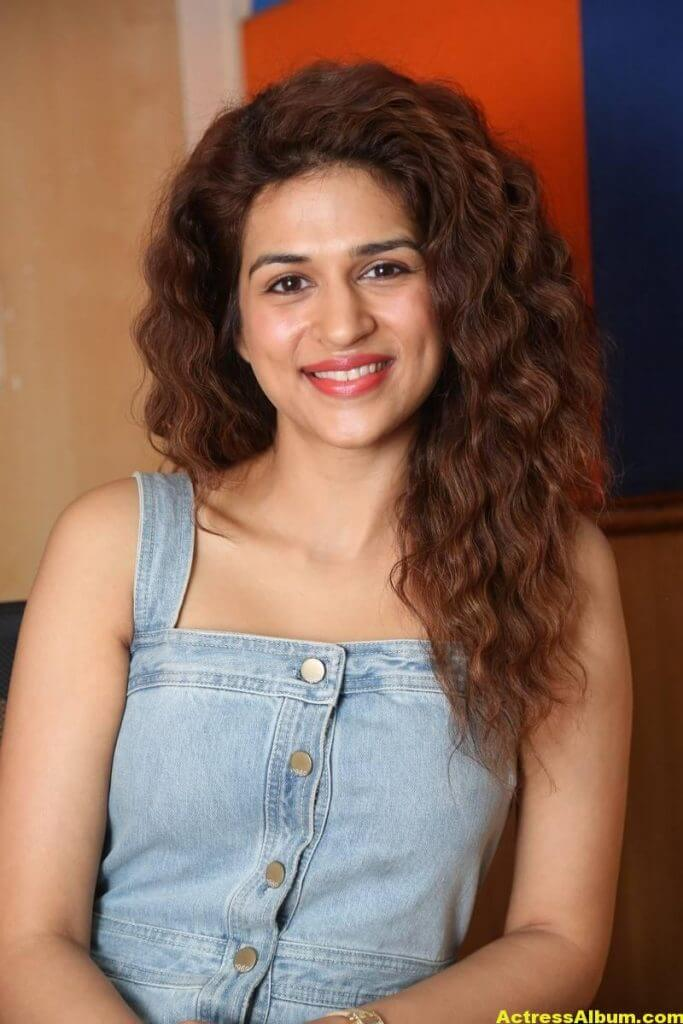 Tamil Actress Shraddha Das Latest Photos Stills 1