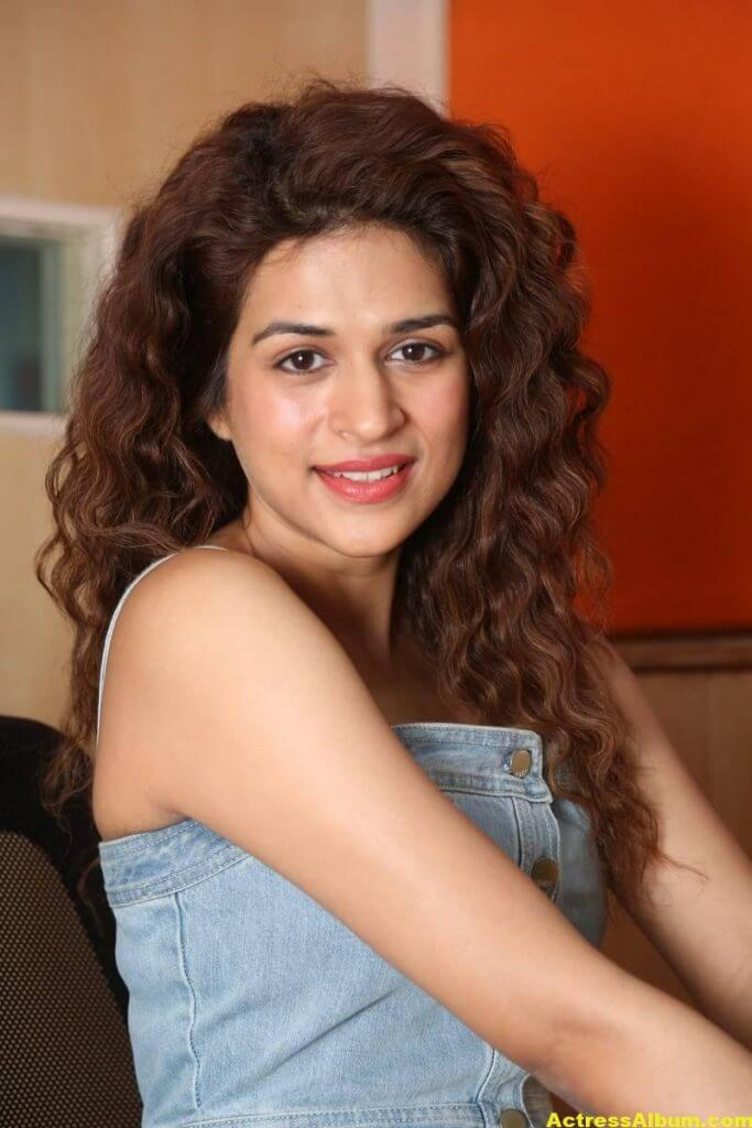 Tamil Actress Shraddha Das Latest Photos Stills 4