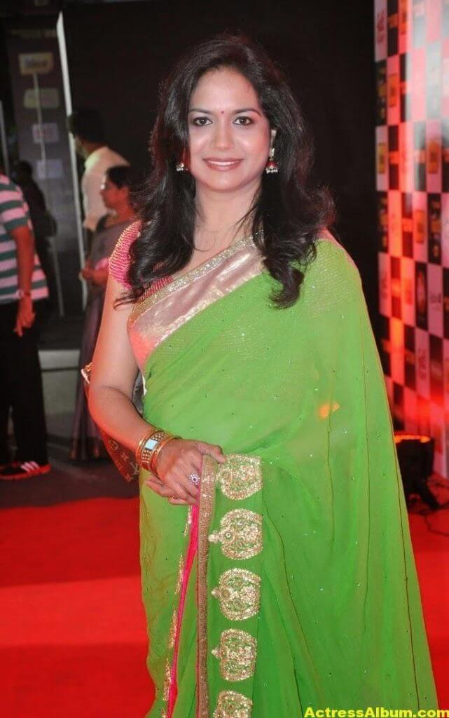 Singer Sunitha Hot Photos In Green Saree (3)