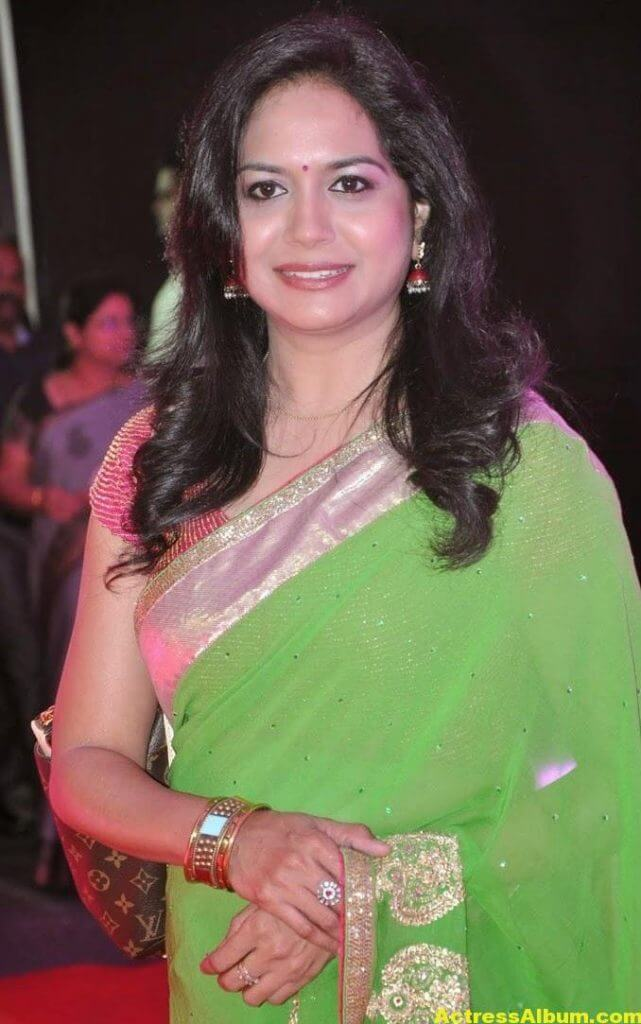 Singer Sunitha Hot Photos In Green Saree (5)