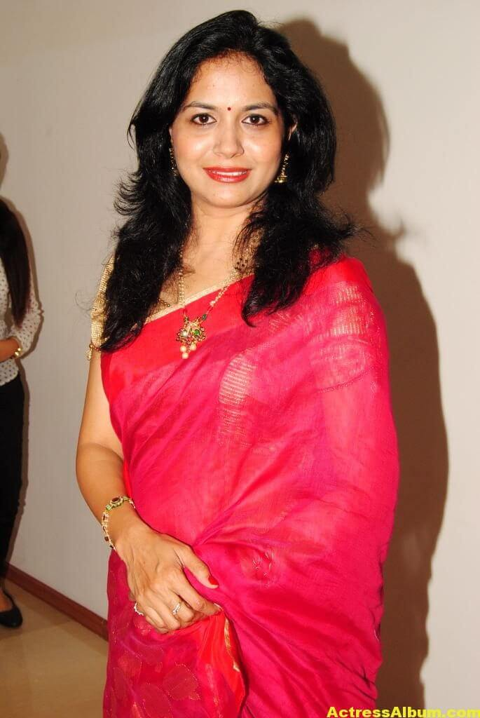 Singer Sunitha Hot Photos In Red Saree (1)