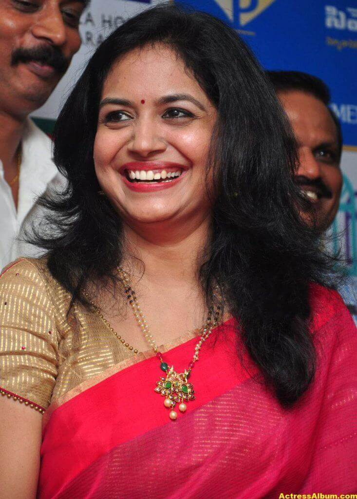 Singer Sunitha Hot Photos In Red Saree (4)