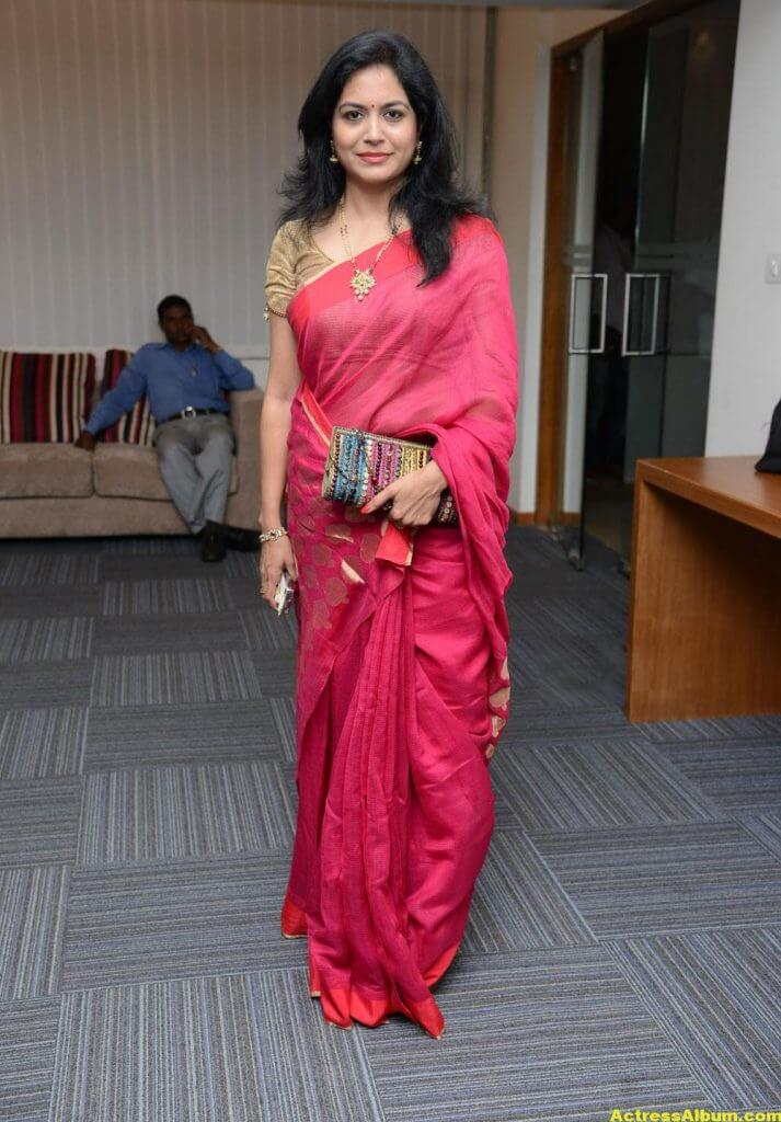 Singer Sunitha Hot Photos In Red Saree (5)