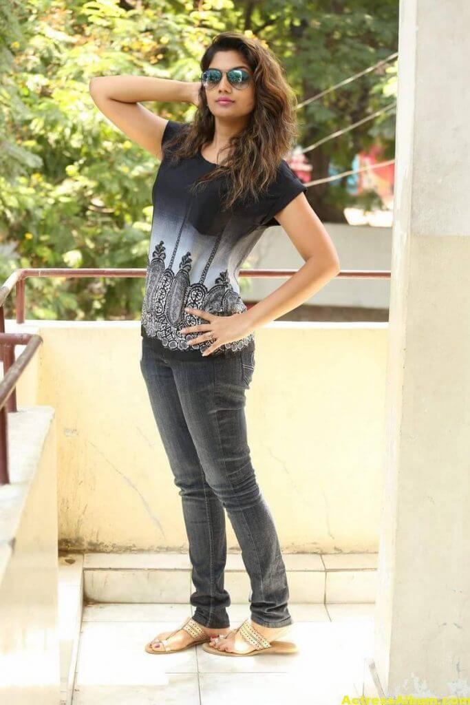 Telugu Tv Actress Karuna Hot Photos In Black Dress (3)
