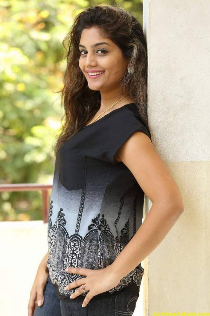 Telugu Tv Actress Karuna Hot Photos In Black Dress (6)
