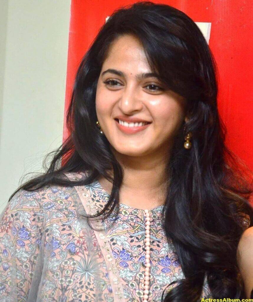 Glamorous Anushka Shetty Smiling Stills (2)
