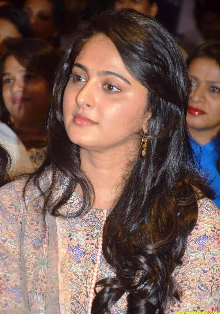 Glamorous Anushka Shetty Smiling Stills (4)