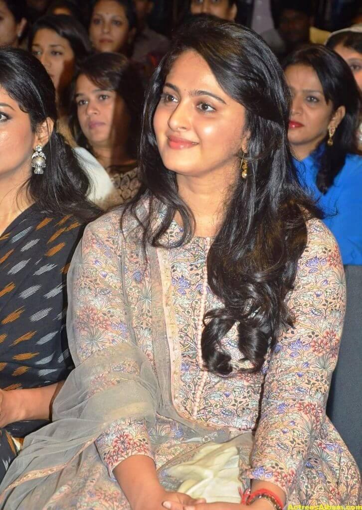 Glamorous Anushka Shetty Smiling Stills (6)