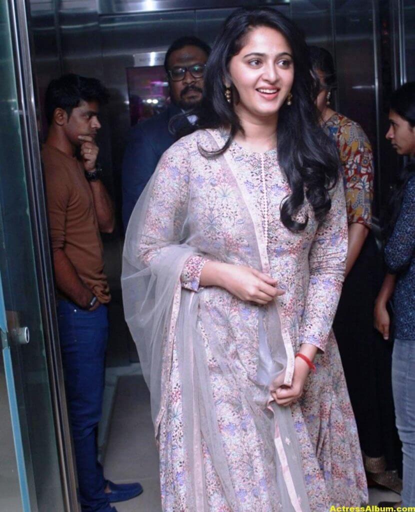 Glamorous Anushka Shetty Smiling Stills (7)