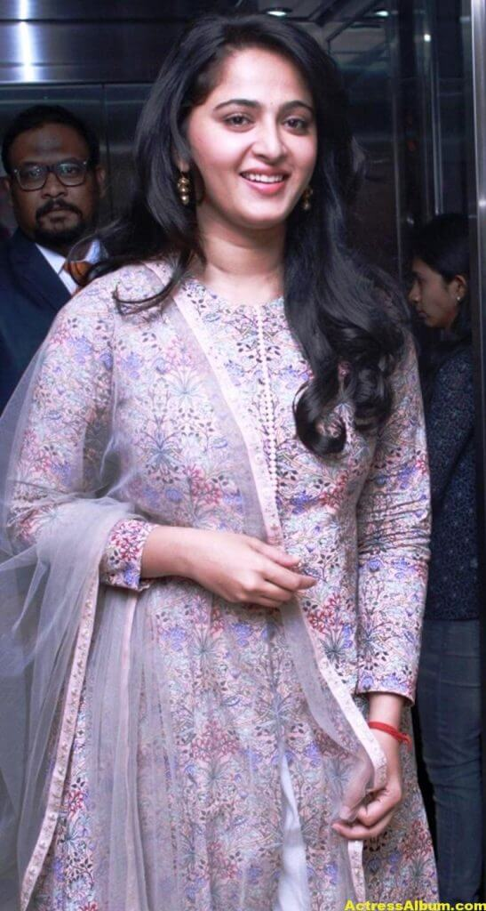 Glamorous Anushka Shetty Smiling Stills (8)