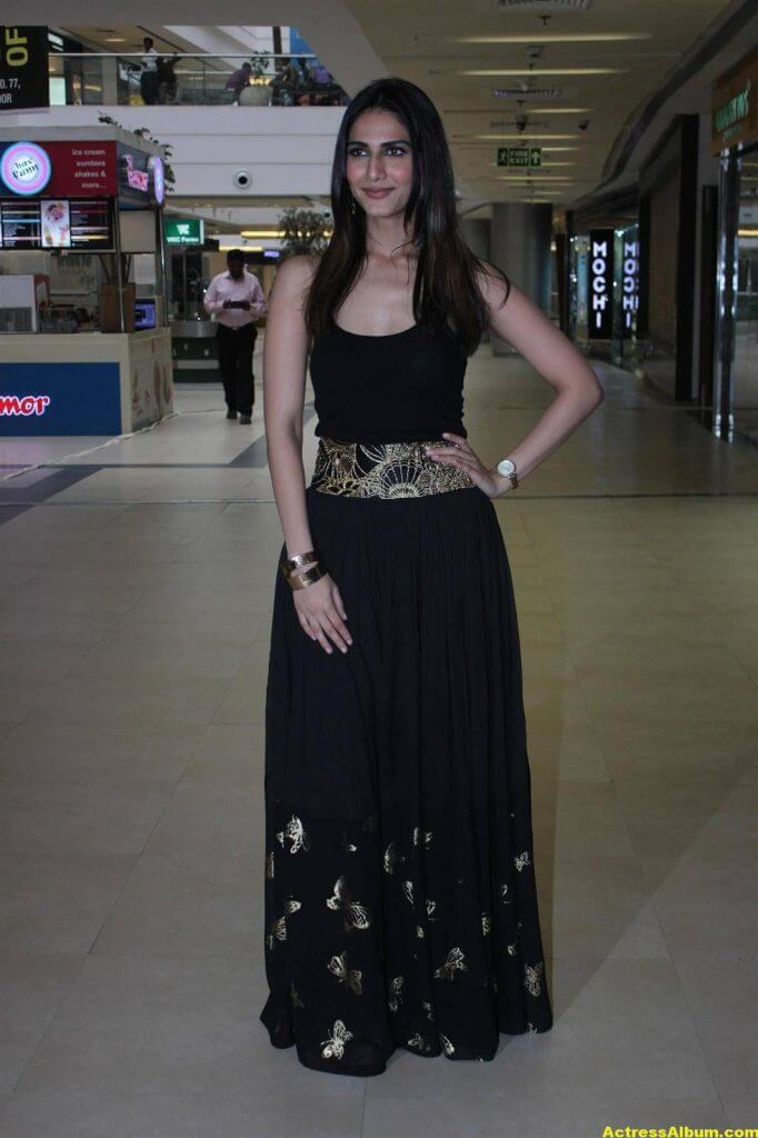 Glamorous Vani Kapoor Hot Photos In Black Dress (2)