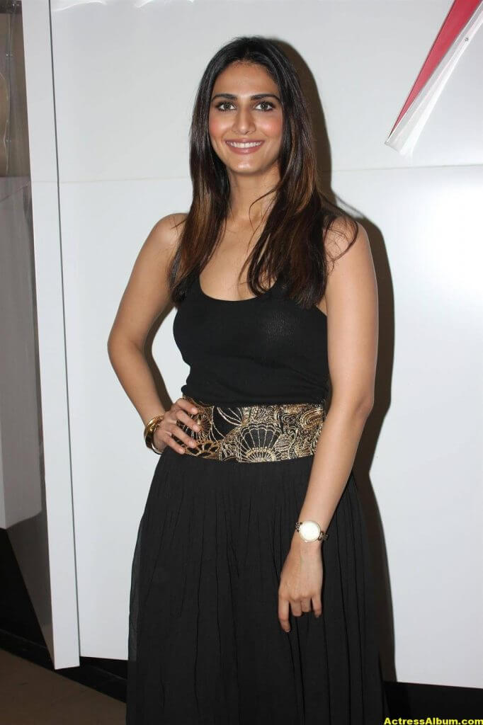 Glamorous Vani Kapoor Hot Photos In Black Dress (3)