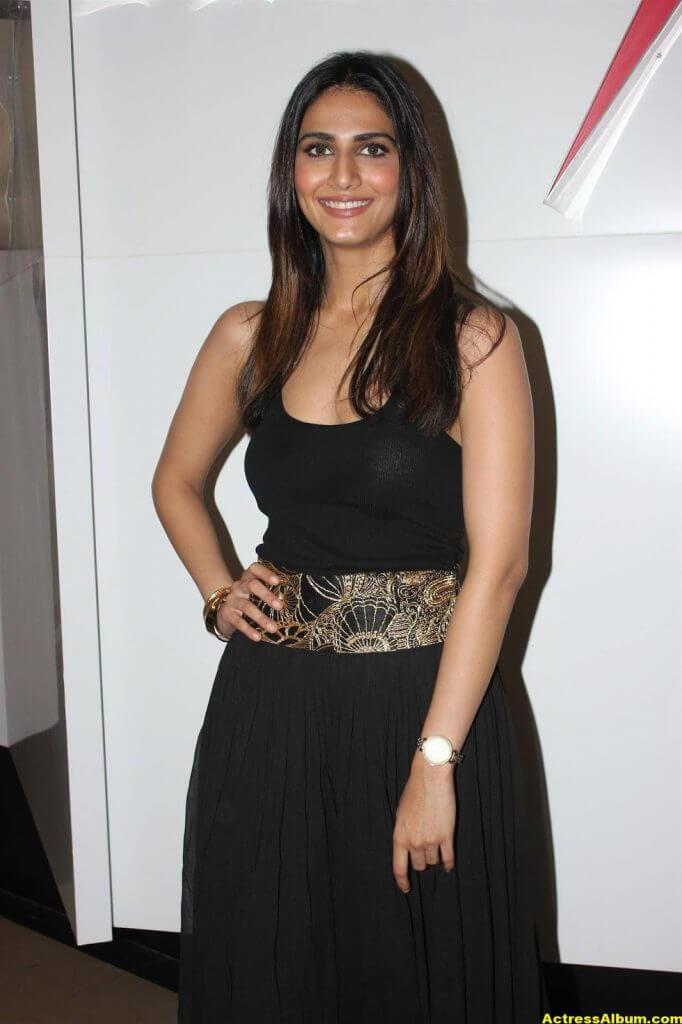 Glamorous Vani Kapoor Hot Photos In Black Dress (3)