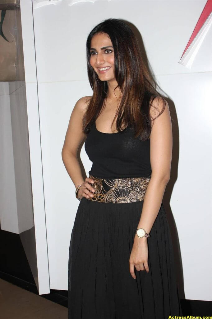 Glamorous Vani Kapoor Hot Photos In Black Dress (4)