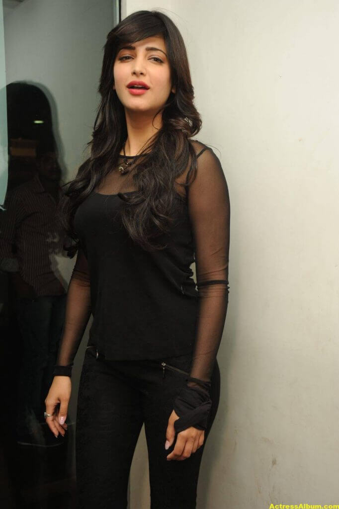 Shruti Haasan Hot Photos In Black Dress (5)