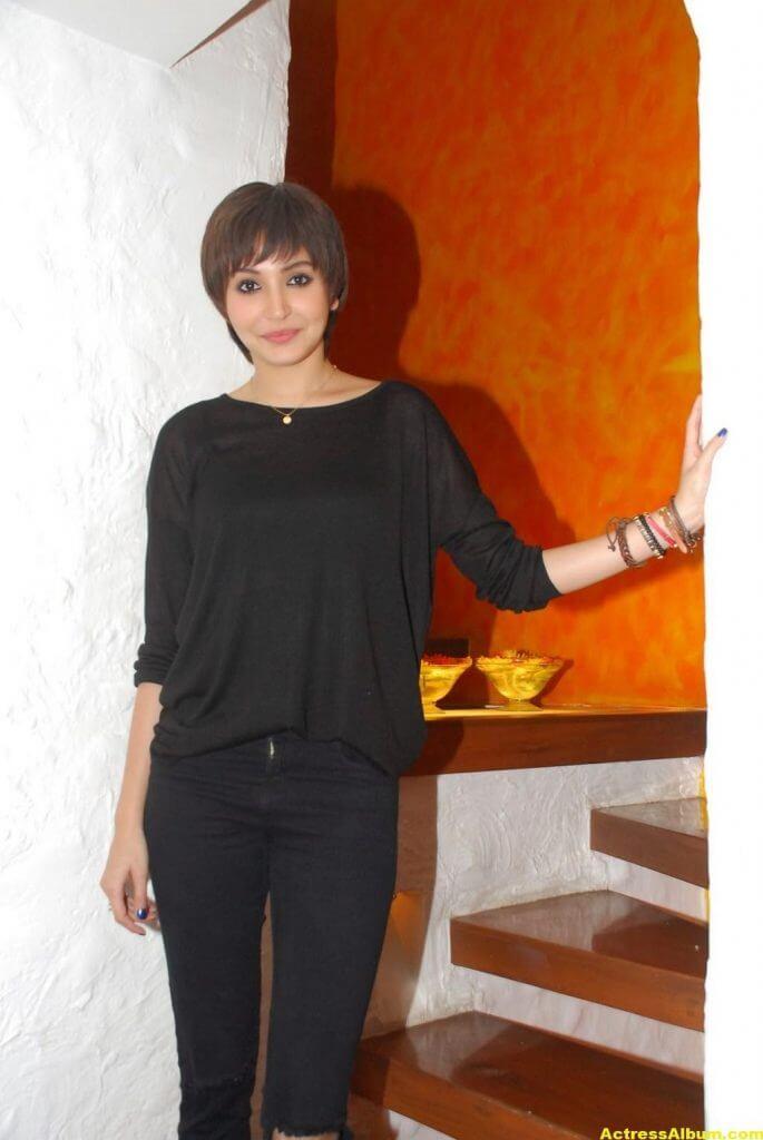Anushka Sharma Hot Photos In Black Dress (3)