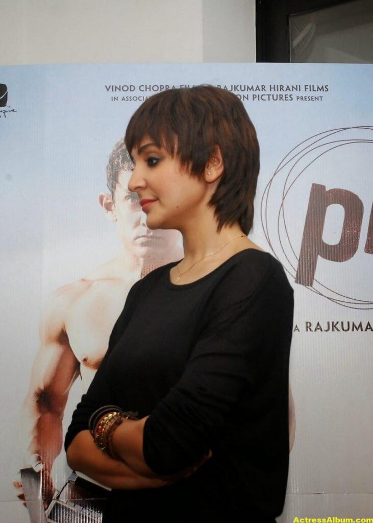 Anushka Sharma Hot Photos In Black Dress (4)