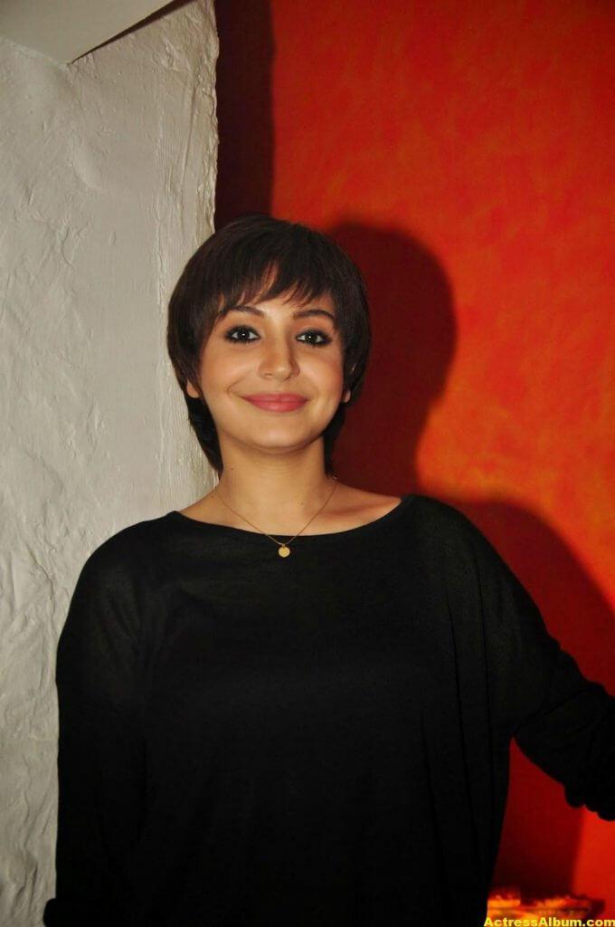 Anushka Sharma Hot Photos In Black Dress (5)