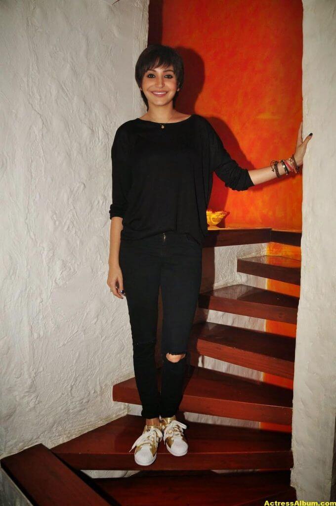 Anushka Sharma Hot Photos In Black Dress (6)