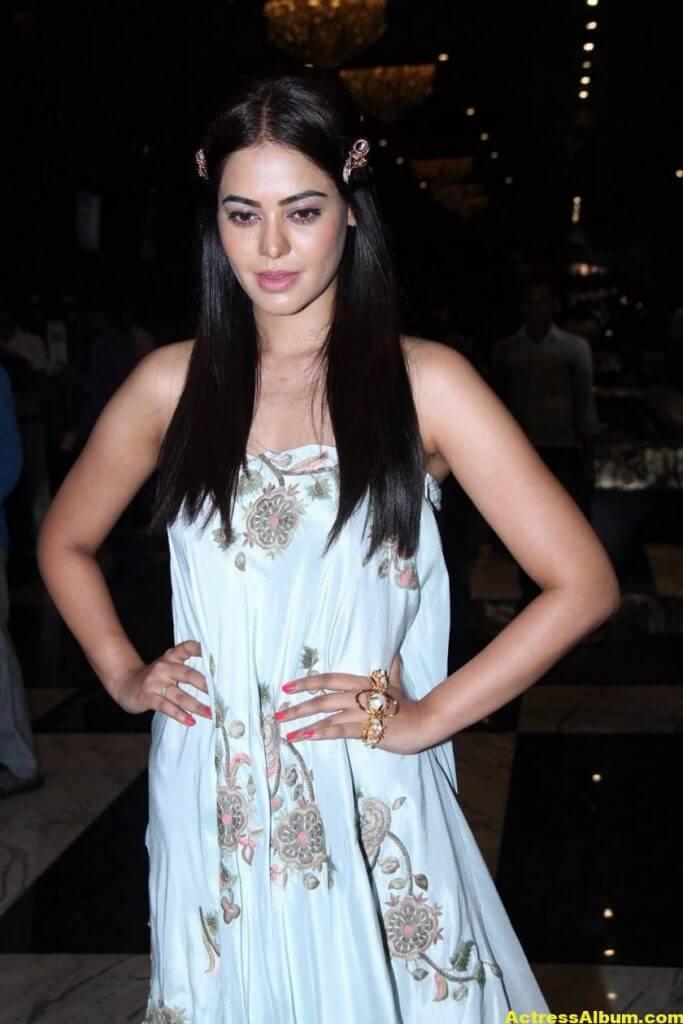 Glamorous Bindu Madhavi Photos In Blue Dress 2