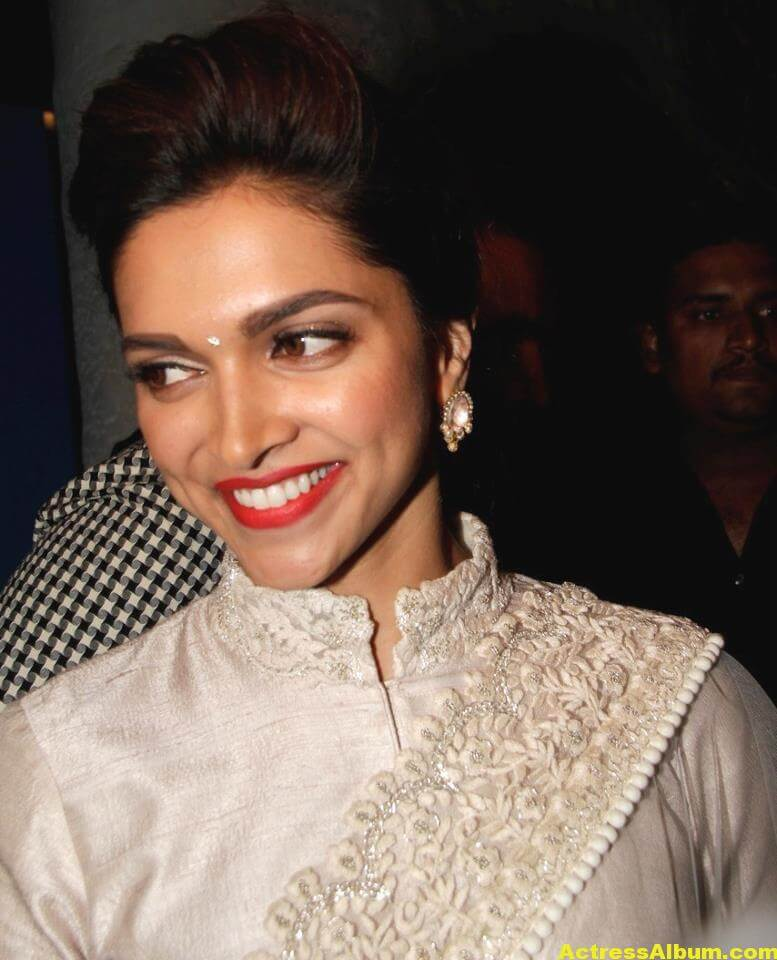 Glamorous Deepika Padukone Hot Photos In White Saree 2