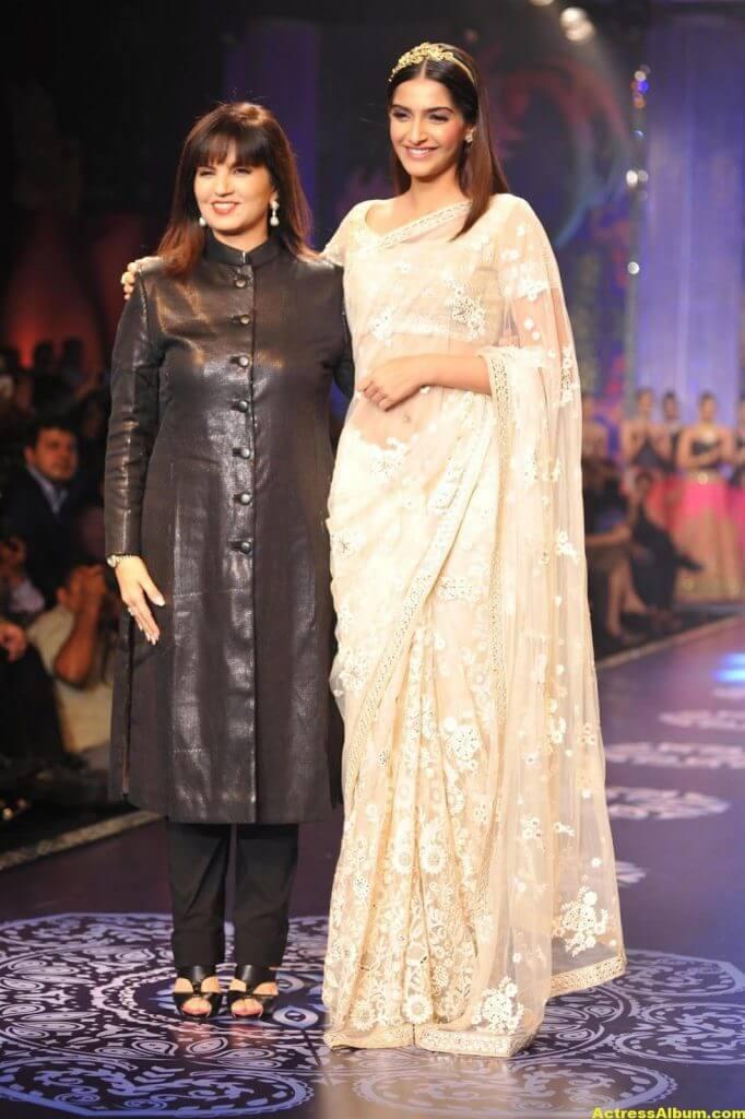 Hot Photos Sonam Kapoor In White Saree (2)
