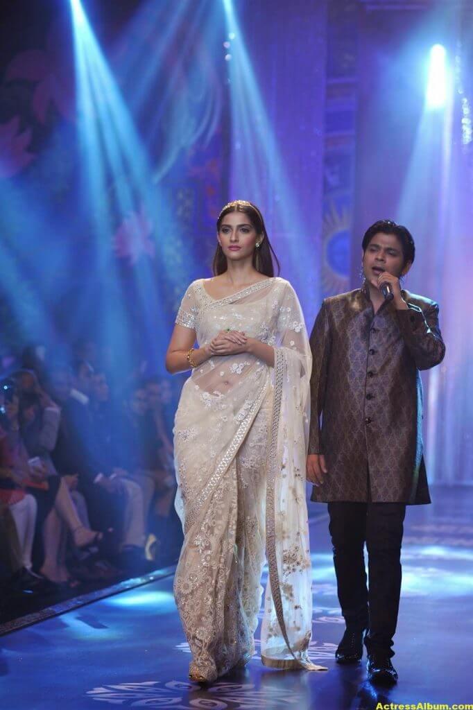 Hot Photos Sonam Kapoor In White Saree (3)