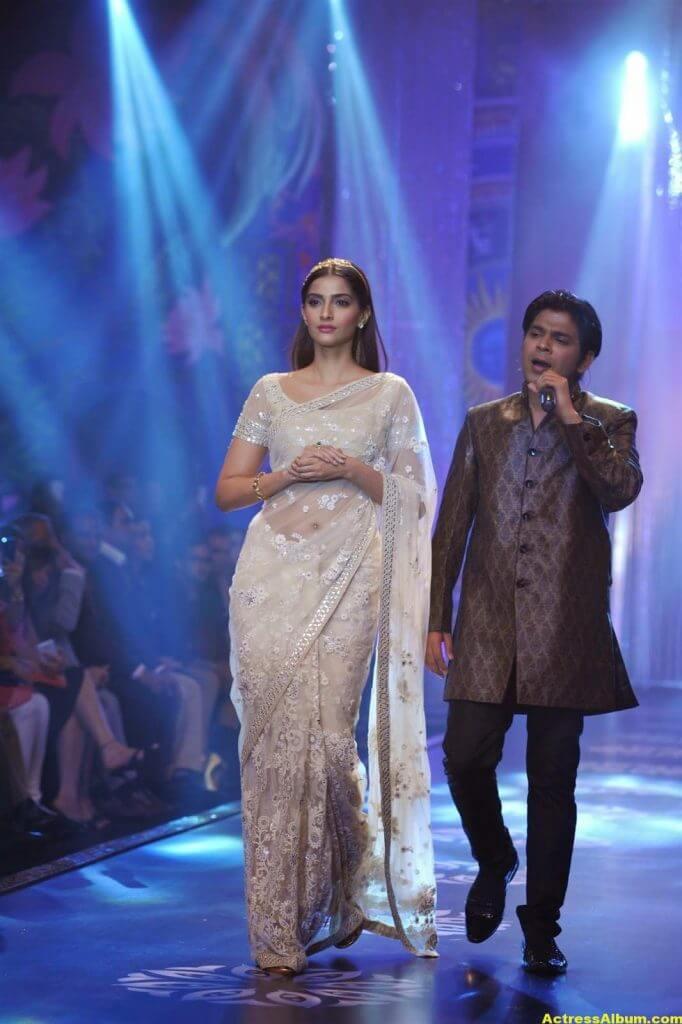 Hot Photos Sonam Kapoor In White Saree (4)