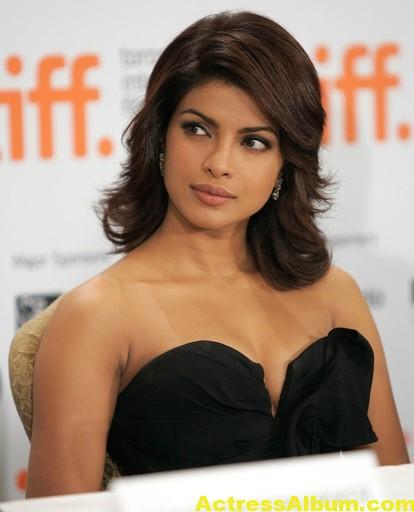 Hot Priyanka Chopra Pics in Black Gown 5