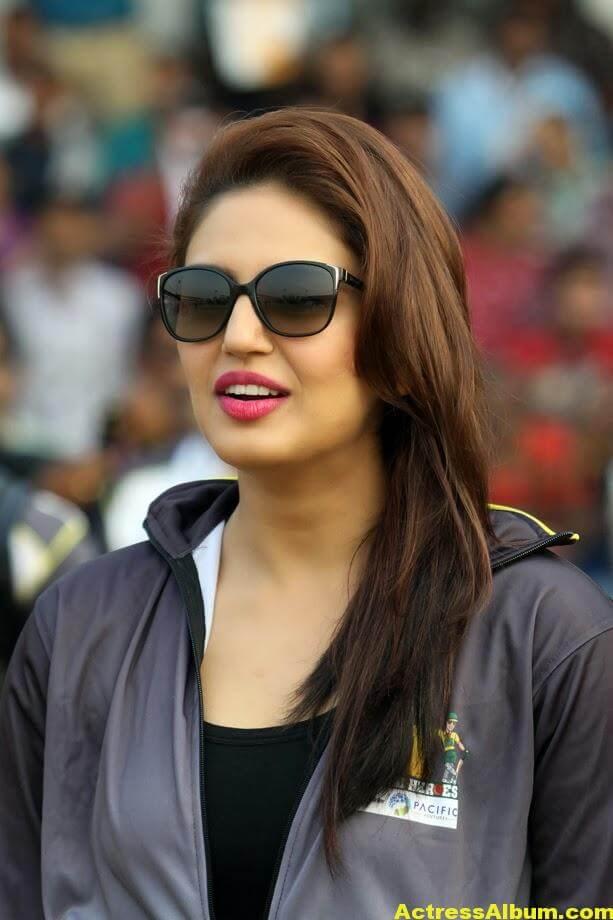 Huma Qureshi Hot Photos In Blue Dress 1