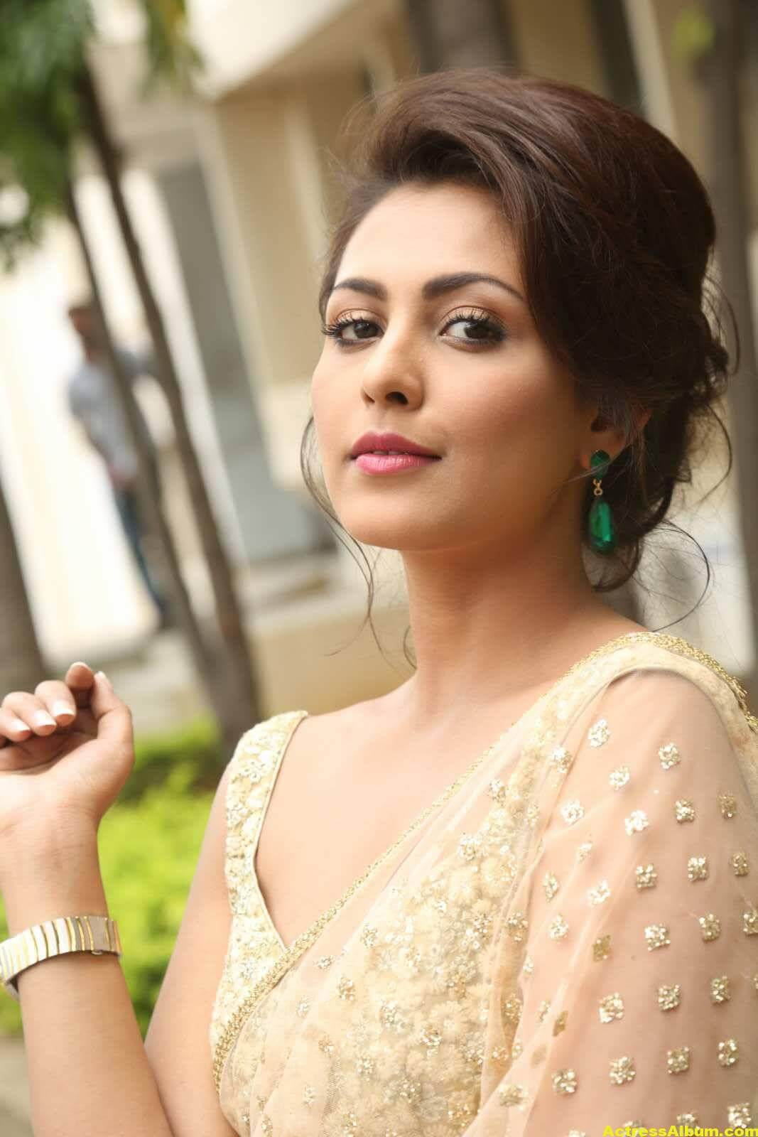 Madhu Shalini Latest Photos In White Saree 1