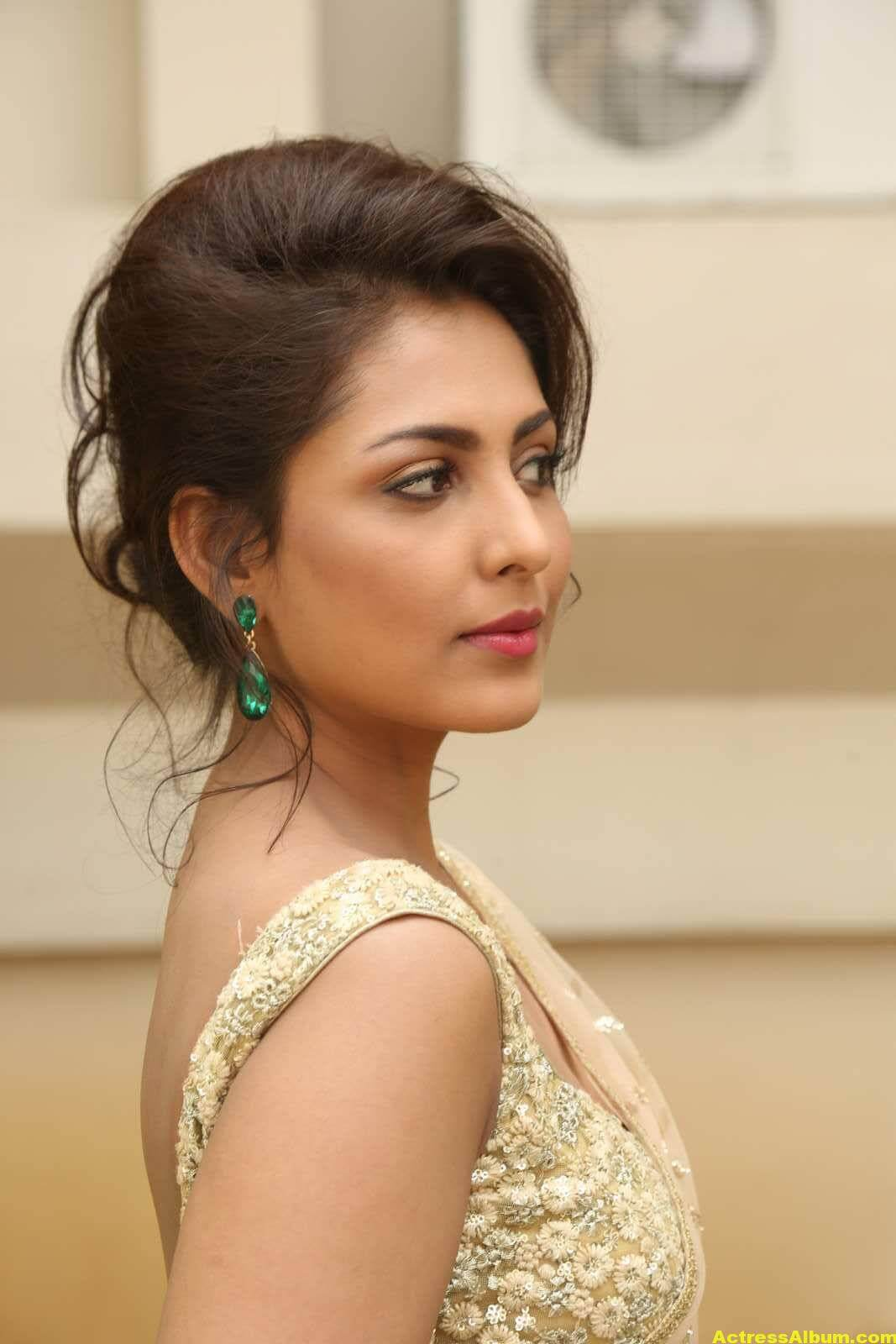 Madhu Shalini Latest Photos In White Saree 5
