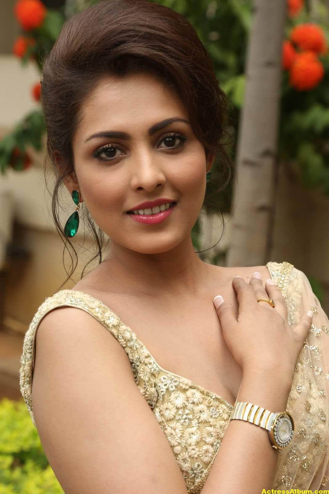 Madhu Shalini Latest Photos In White Saree 6