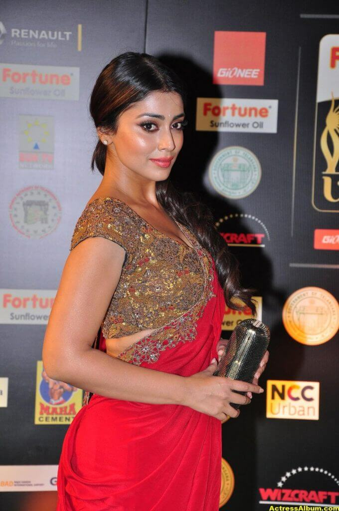 Shriya Saran Stills at IIFA Utsavam Awards In Red Saree 3