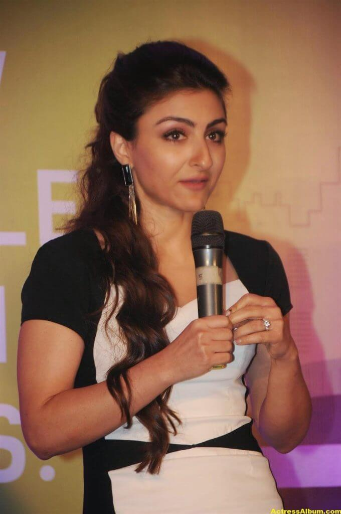 Soha Ali Khan Hot Stills In Black Dress (5)