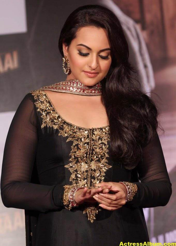 Sonakshi Sinha Looks Spicy In Black Dress 2