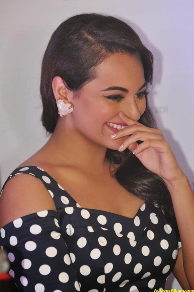 Sonakshi Sinha Smiling Photos In Black Dress 2