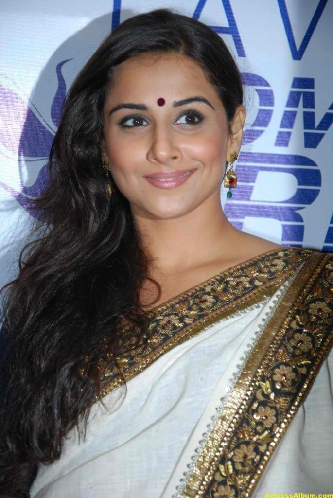 Vidya Balan Navel Show Photos In White Saree 3