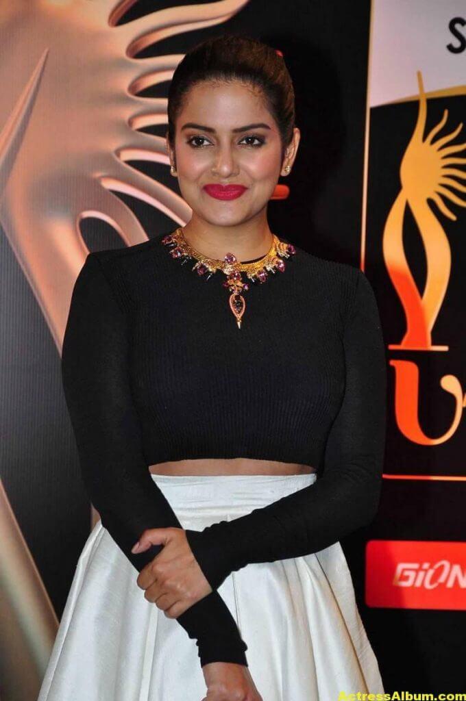 Vishakha Singh Hot Photos In Black Dress At IIFA Awards (1)